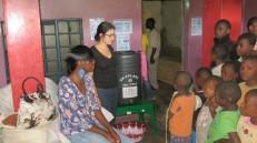 Emilly, manager du Good Samaritan, participe à la séance de sensibilisation